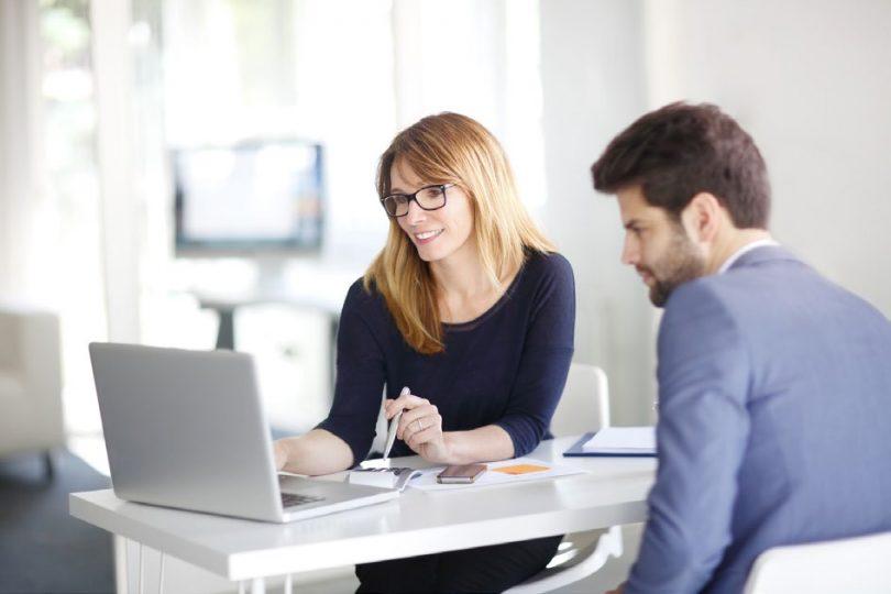 Toute personne qui souhaite créer sa propre société doit avoir un compte professionnel. Il lui permettra d'effectuer les transactions financières dans le cadre de l'exercice de son activité. L'une des particularités qui le distinguent des comptes bancaires classiques est qu'il propose des fonctionnalités dédiées aux professionnels. Les créateurs d'entreprises peuvent en ouvrir un auprès d'une banque en ligne. Dans ce guide, découvrez quels sont les avantages d'un compte professionnel. Comment fonctionne-t-il ?